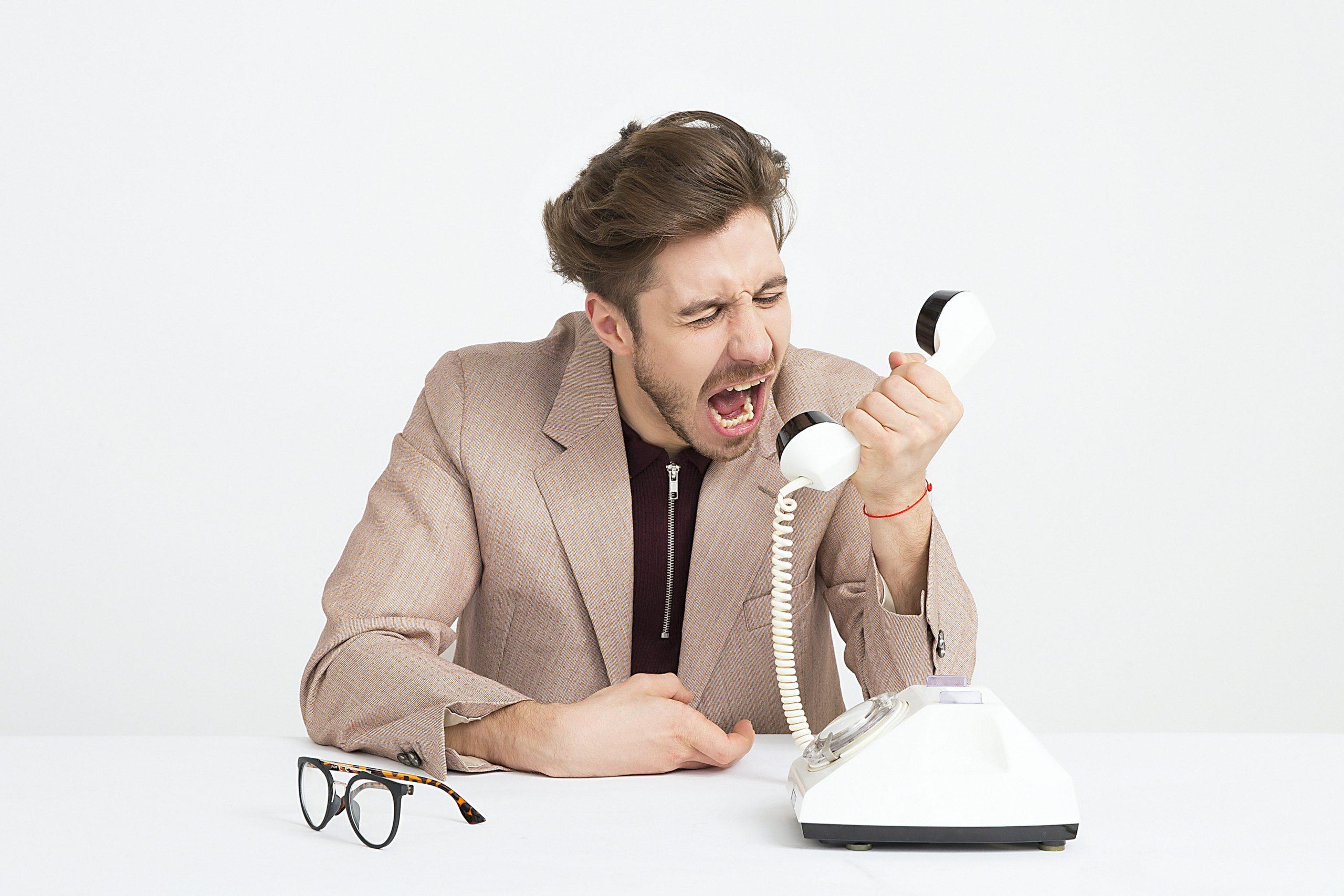 به گفتهی هارل که یکی از رهبران زن در مرکر ارتباط با مشتری است، مشتریان زمانی با این مراکز تماس میگیرند که چیزی خارج از کنترل آنها باشد